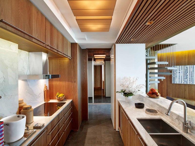 Chất liệu gỗ đồng thời mang đến người dùng cảm giác dễ chịu và sự ấm cúng cho căn bếp nhỏ của gia đình
