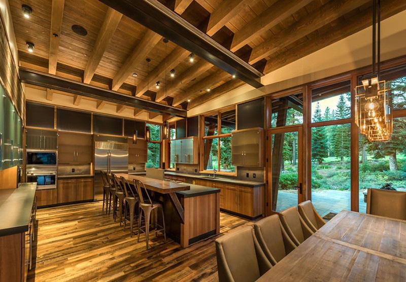 Thiết kế căn bếp hiện đại với phần lớn đều được làm từ gỗ từ trần nhà, sàn nhà đến tủ bếp hay đảo bếp