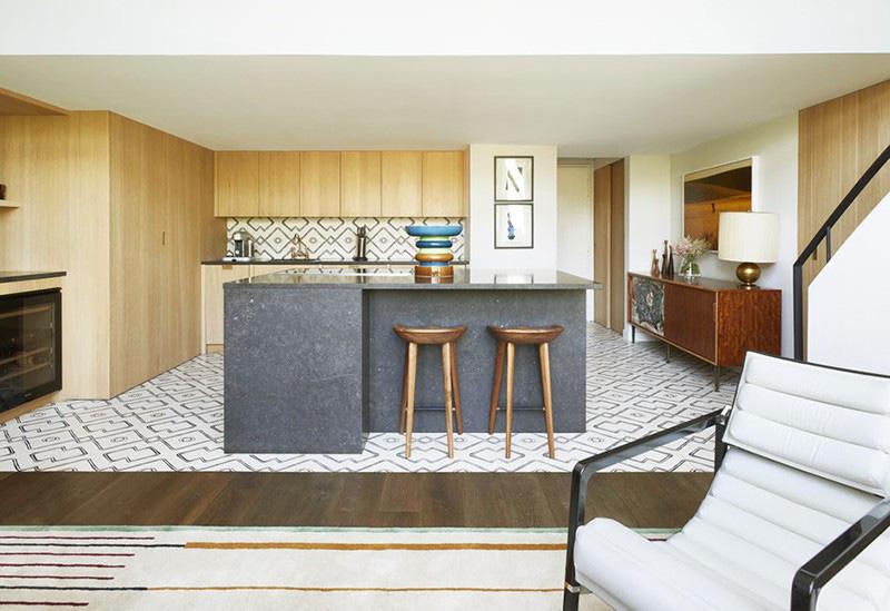 Sự đồng đều về hoa văn của gỗ công nghiệp cũng là yếu tố ấn tượng về nét đẹp hiện đại của căn bếp