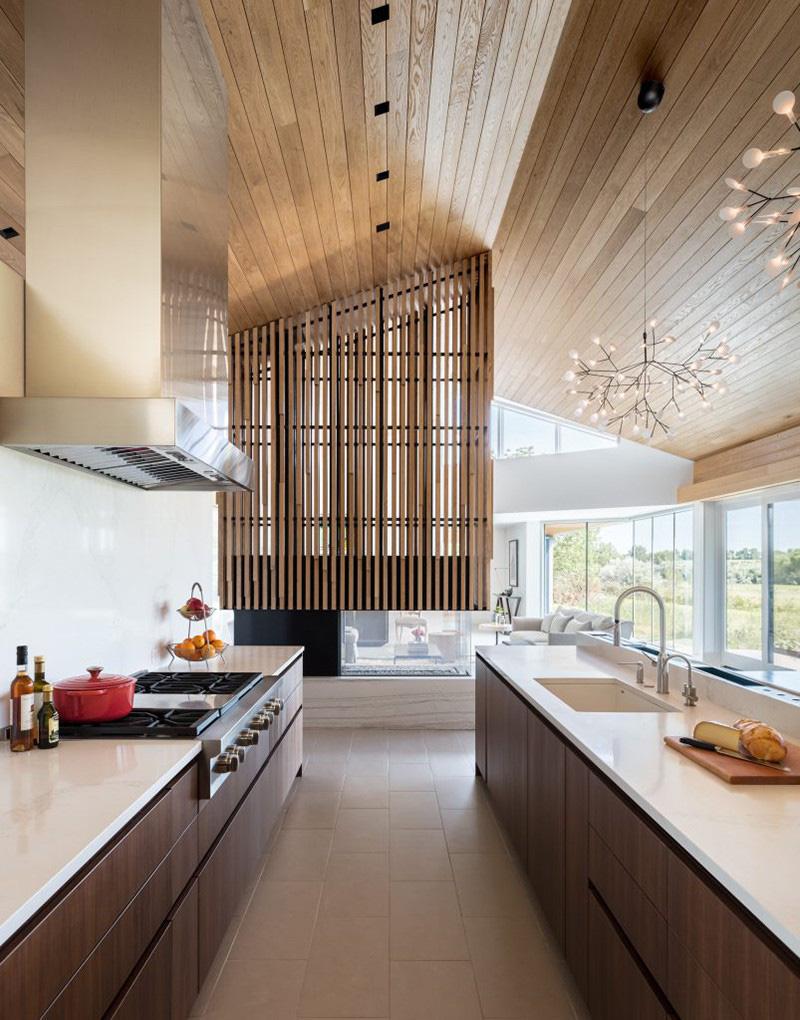 Bên cạnh đó, tùy từng thiết kế trong nhà bếp bạn cũng có thể lựa chọn kết hợp giữa chất liệu gỗ tự nhiên và gỗ công nghiệp