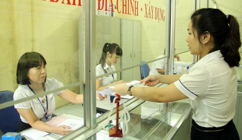 Người dân làm thủ tục tại UBND phường Khương Thượng, quận Đống Đa. Ảnh: Công Hùng