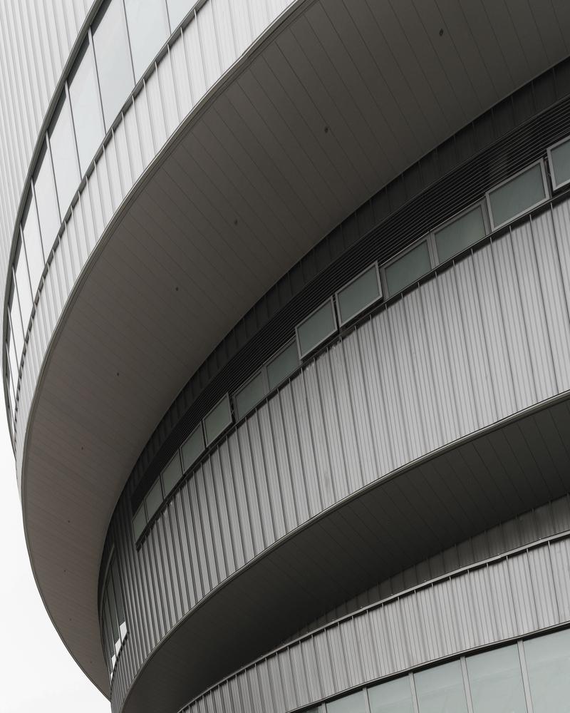 Cấu trúc xếp chồng dạng bậc thang không chỉ mang lại diện mạo lạ, mà còn giúp tạo điều kiện tuyệt vời để thông gió giữa các tầng.