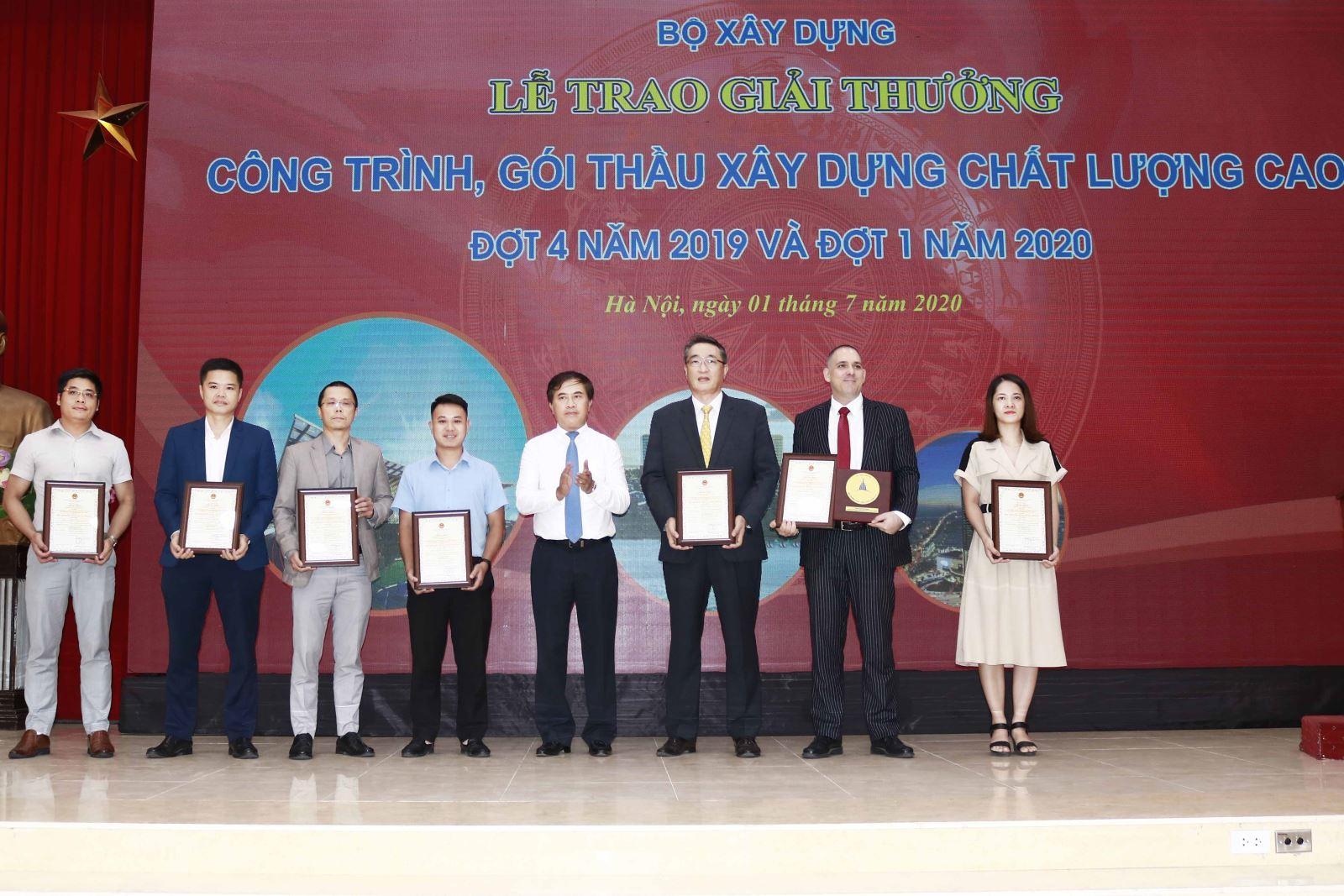 Thứ trưởng Bộ Xây dựng Lê Quang Hùng trao Giải cho các đơn vị