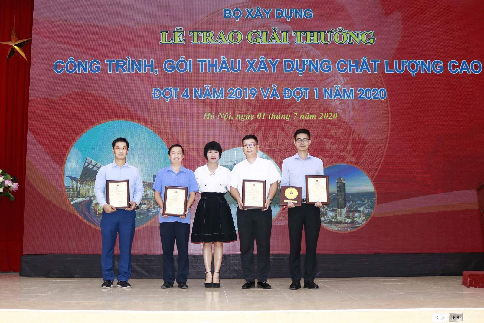 Chủ tịch Công đoàn Xây dựng Việt Nam Nguyễn Thị Thủy Lệ trao Giải cho các đơn vị