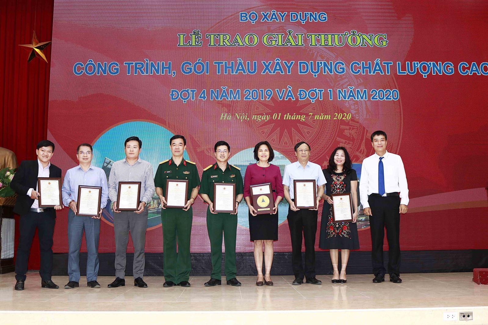 Cục trưởng Cục Giám định Nhà nước về chất lượng công trình xây dựng Phạm Minh Hà trao Giải cho các đơn vị