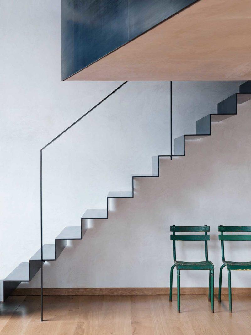 Những nếp gấp bằng thép sơn tĩnh điện màu đen kết hợp với lan can là những thanh thép mỏng không thể tối giản hơn. Không gian vẫn đạt độ thẩm mỹ cao cũng như mang đến nét đẹp gọn nhẹ, thông thoáng cho căn phòng.