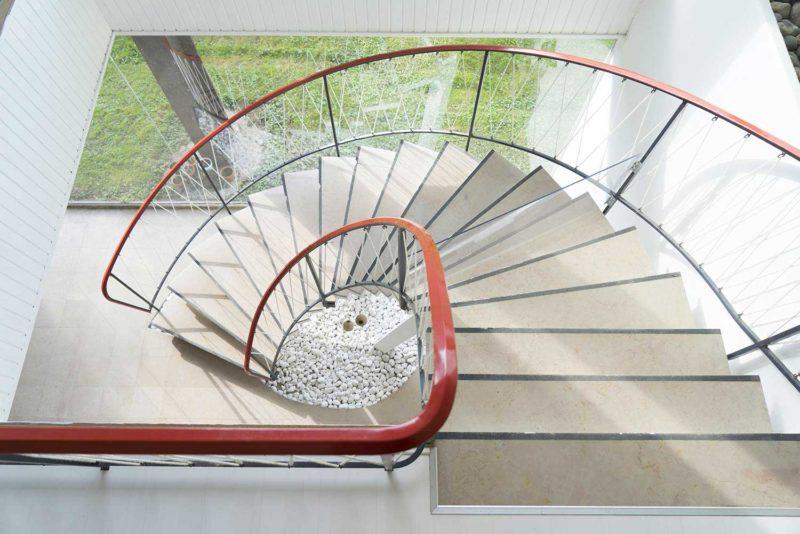 Cầu thang dạng xoắn ốc được thiết kế thanh thoát cũng là ý tưởng thú vị tạo giải pháp gọn nhẹ khi đặt cầu thang ở không gian có diện tích khiêm tốn.
