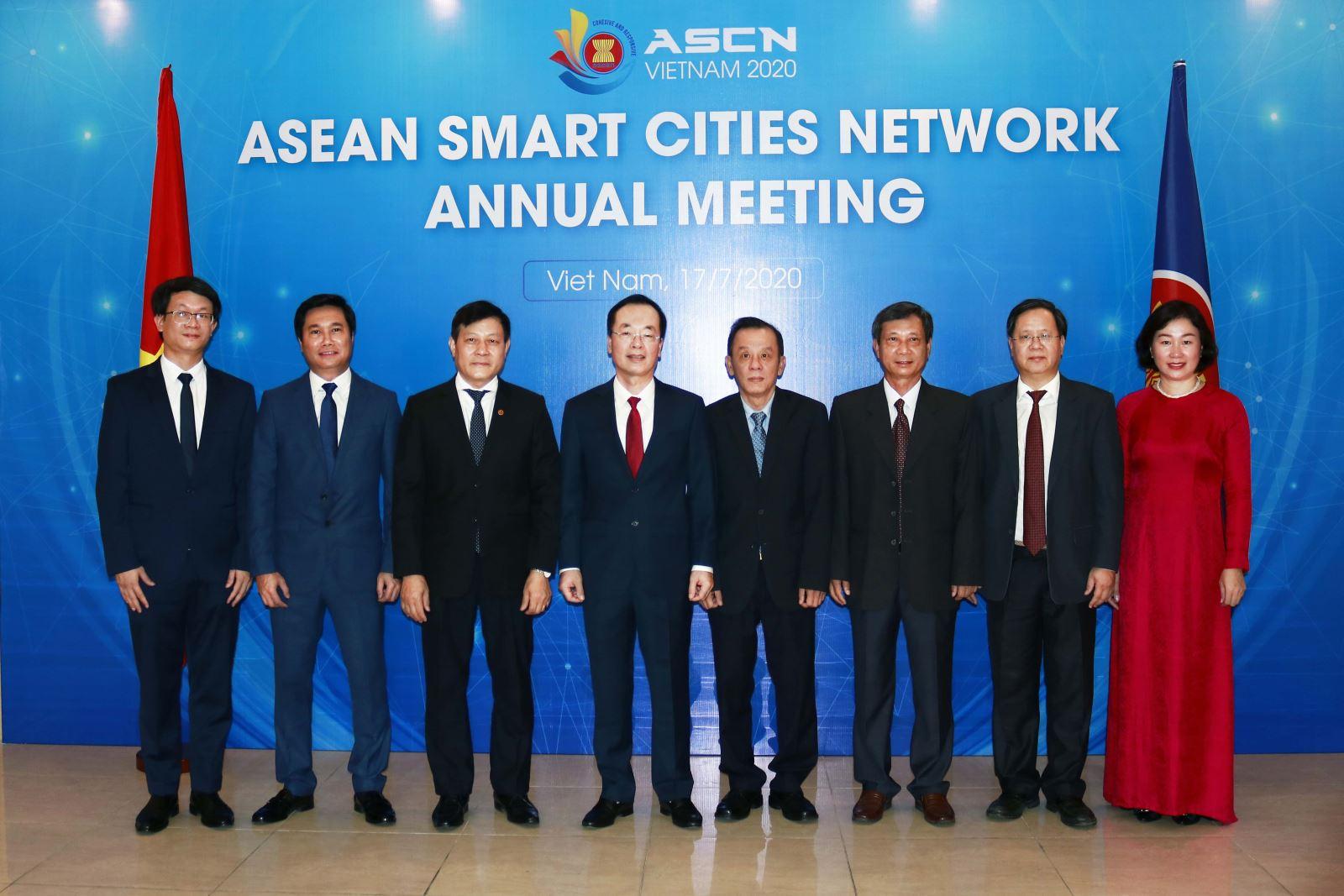 Bộ trưởng Phạm Hồng Hà chụp ảnh lưu niệm cùng các đại biểu dự Hội nghị
