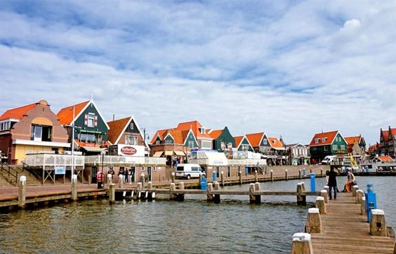 Vẻ đẹp cổ kính của thị trấn Volendam bên bờ Biển Bắc. Ảnh: Pixabay.