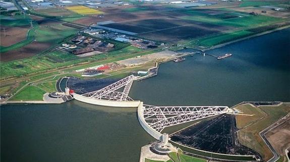 Hệ thống cống khổng lồ ngăn nước mặn xâm nhập tại tuyến đê Deltawerken. Ảnh: Deltawerken.com