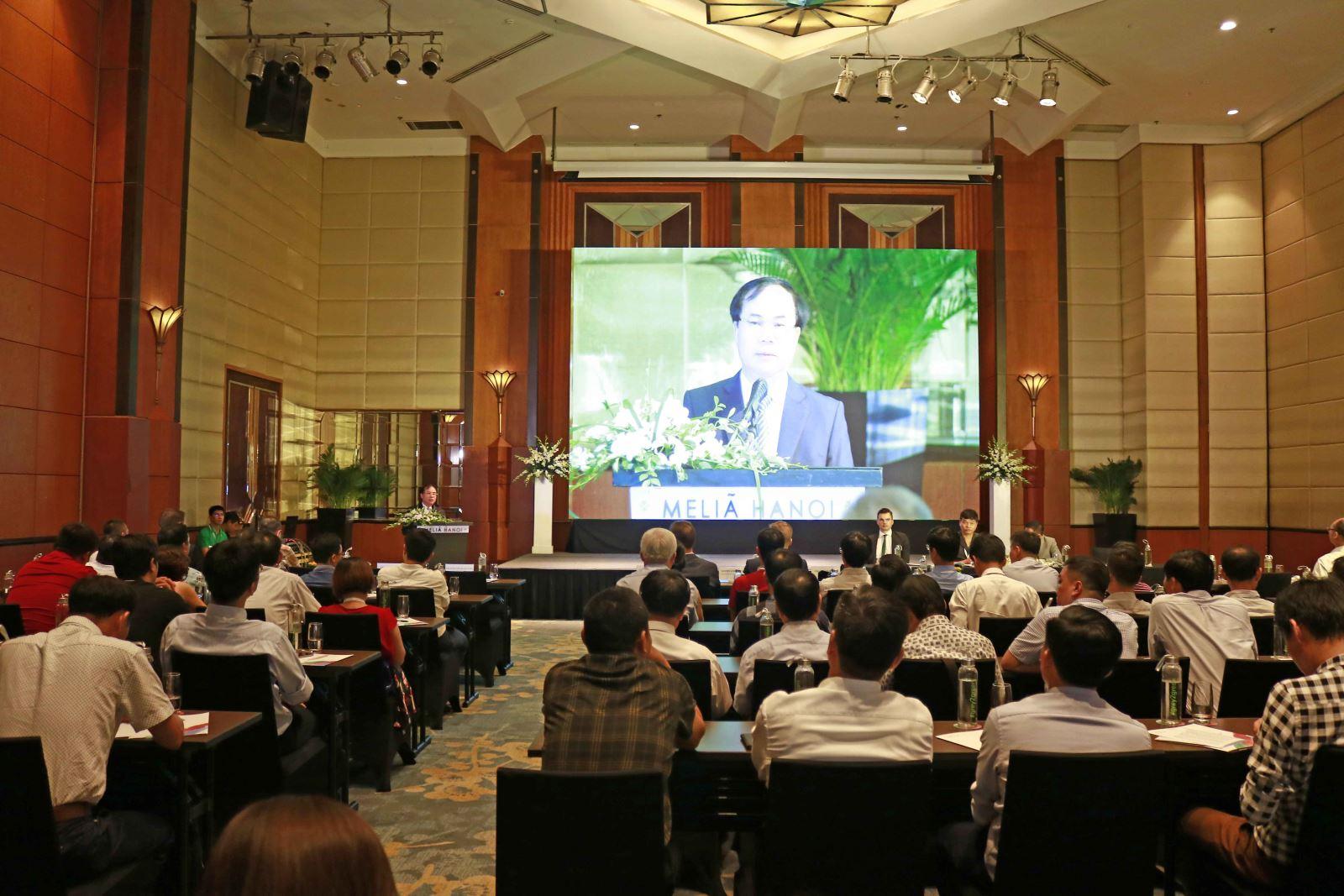 """Phát biểu tại hội thảo, Phó Đại sứ Cộng hòa Liên bang Đức tại Việt Nam Weert Börner đánh giá cao quan hệ hợp tác giữa Đức và Việt Nam trong những năm qua, đồng thời cho biết, các giải pháp công nghệ tiên tiến được trình bày tại hội thảo sẽ rất bổ ích đối với các doanh nghiệp xi măng Việt Nam trong quá trình đổi mới, hoàn thiện công nghệ và đẩy mạnh sản xuất kinh doanh theo yêu cầu của chiến lược phát triển vật liệu xây dựng Việt Nam thời kỳ 2021-2030, định hướng đến năm 2050. Tại hội thảo, Tổng Giám đốc Tập đoàn Thyssenkrupp phụ trách thị trường xi măng Châu Á Thái Bình Dương tại Hà Nội (Thyssenkrupp đã chuyển trụ sở chính từ Singapore về Hà Nội) trình bày Báo cáo khái quát tầm nhìn của Thyssenkrupp với mục tiêu biến xi măng Việt Nam từ """"xám"""" chuyển sang """"xanh"""". Bên cạnh đó, 10 tham luận đề cập những giải pháp mới nhất, tiên tiến nhất, được các diễn giả trình bày cụ thể, chi tiết về công nghệ, thiết bị, quy trình vận hành và các kết quả thu được."""