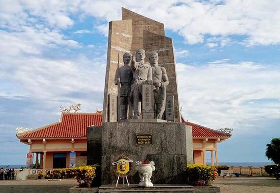 Tượng đài đội Hoàng Sa kiêm quản Bắc Hải tại nhà lưu ở đảo Lý Sơn. Ảnh: lyson.com