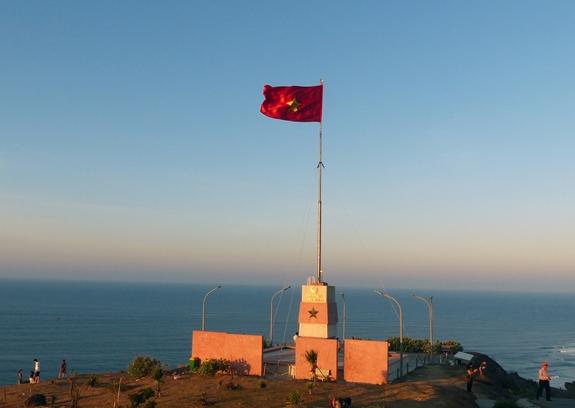 Cột cờ Tổ quốc tung bay trên huyện đảo Lý Sơn, tỉnh Quảng Ngãi. Ảnh: Văn Phong