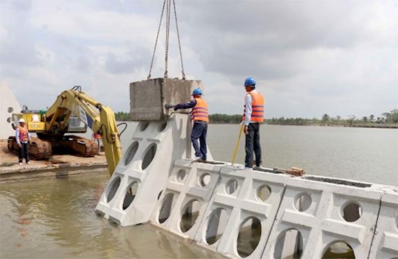 Người Việt Nam đã thực hiện công tác trị thủy, quai đê lấn biển qua nhiều thế hệ và rất giàu kinh nghiệm trong lĩnh vực này. Đó là tiềm năng lớn! Ảnh: moitruong.com.vn
