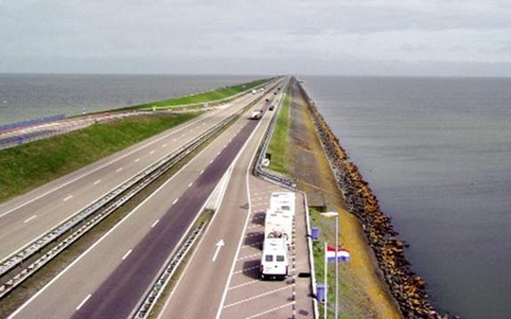Tuyến đê biển Afsluitdijk của Hà Lan. Ảnh: Pinterest.com