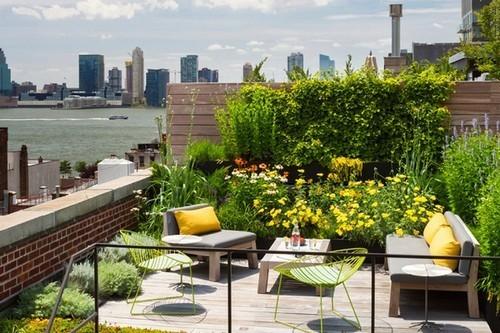 """Chỉ với vài chiếc ghế, bàn nước với kích thước nhỏ xinh ngay ngắn bên cạnh những châu cây, hoa mướt mát, """"khu vườn sân thượng"""" này chính là nơi lý tưởng để bạn thư giãn."""