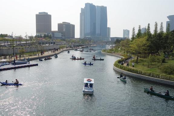 Hồ nhân tạo thuộc công viên Central Park của dự án Quận Kinh doanh Quốc tế ở Hàn Quốc. Ảnh: Business Insider.