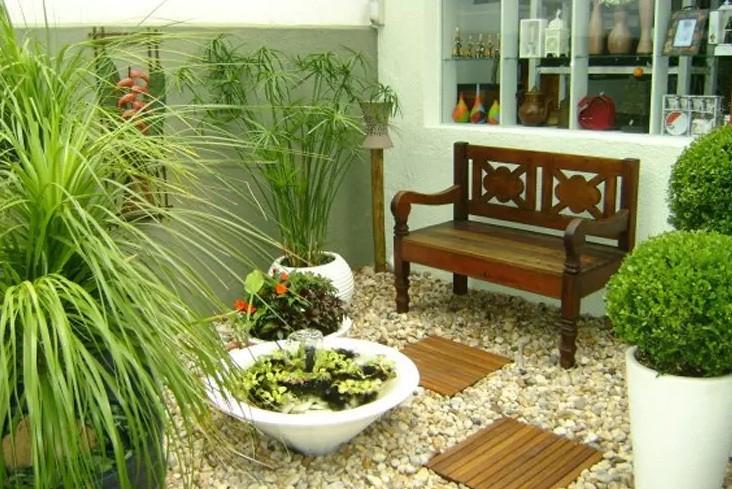 Nếu không có không gian tách biệt để làm vườn, hãy trải sỏi đá để tạo cảm giác một sân vườn đích thực.