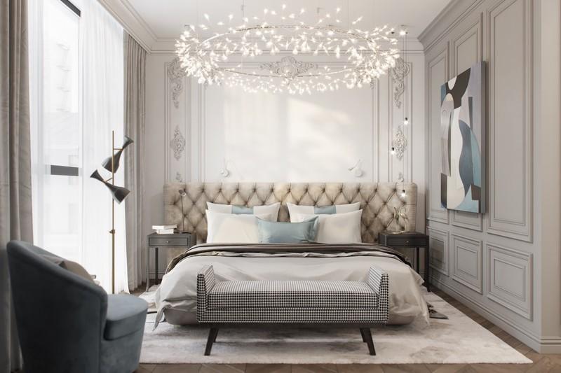 Một chiếc đèn hình vương miện lớn bao trùm toàn bộ phòng ngủ