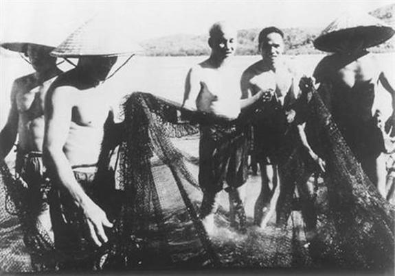 Bác Hồ tham gia kéo lưới với bà con ngư dân xóm Sơn, xã Quảng Vinh, huyện Quảng Xương (Thanh Hóa). Ảnh tư liệu.