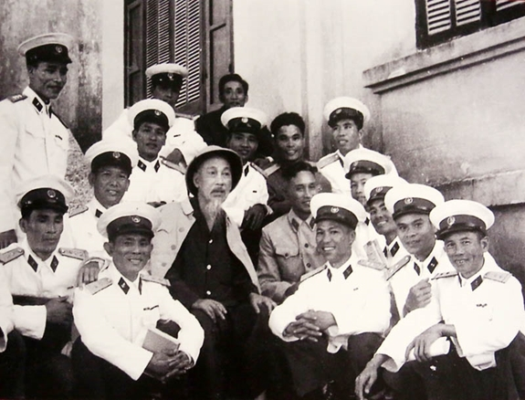 Bác Hồ thăm cán bộ chiến sĩ Hải quân bảo vệ bờ biển Đông Bắc (1959). Ảnh tư liệu.