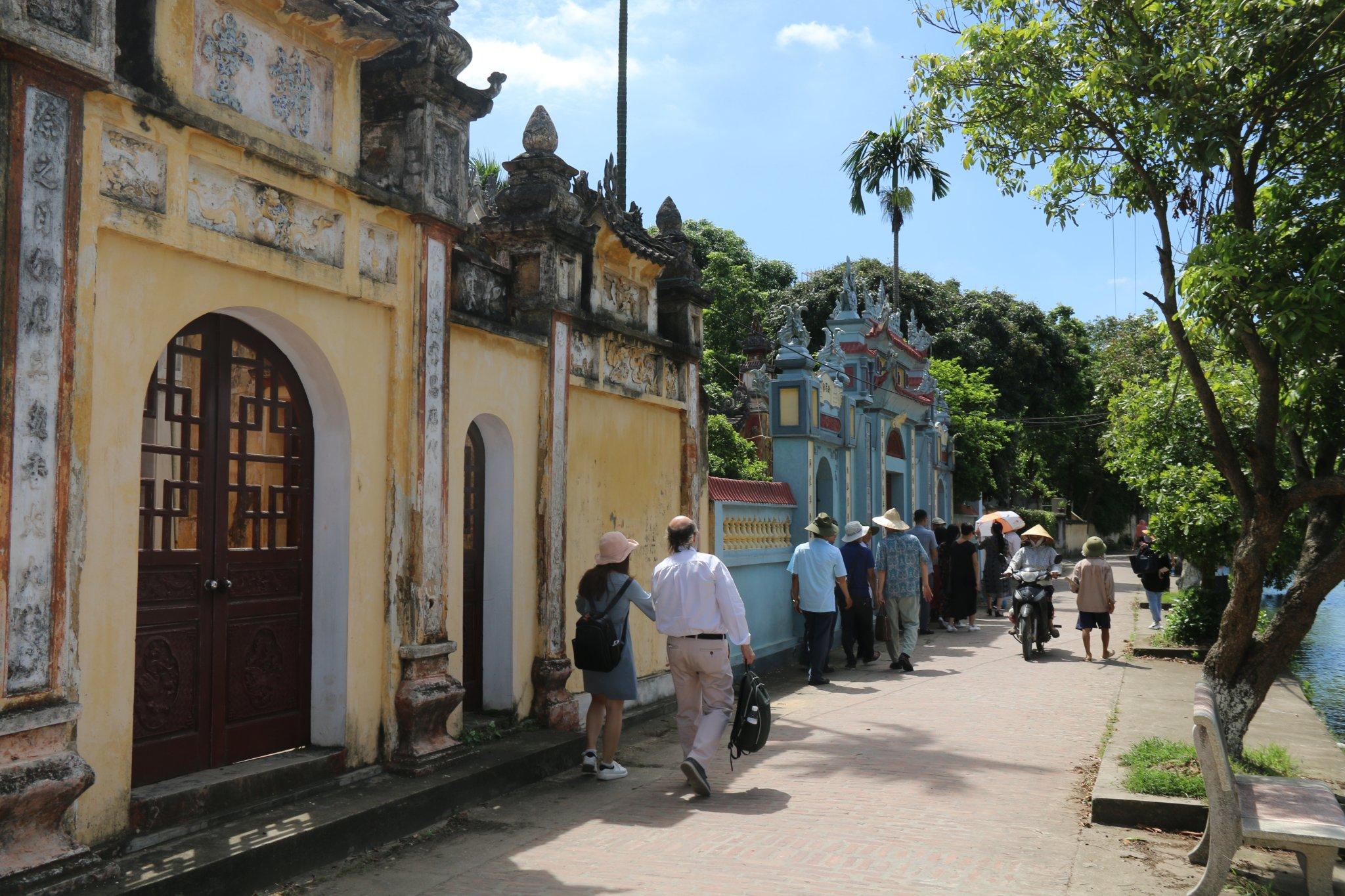 Quy hoạch bảo tồn kiến trúc làng cổ nhằm phát triển du lịch là một trong những hướng đi trong NTM