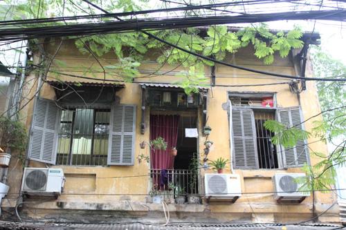 Một căn nhà cổ trên phố Ấu Triệu đã bị sửa chữa, thay đổi cửa chính, cửa sổ sai lệch so với kiến trúc Pháp ban đầu. Ảnh: Xuân Hương/Báo Tin tức