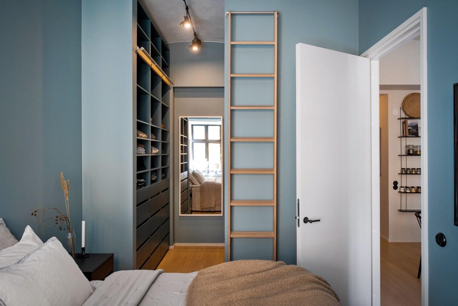 Căn phòng màu xanh xám tạo vẻ đẹp hiện đại, bình yên