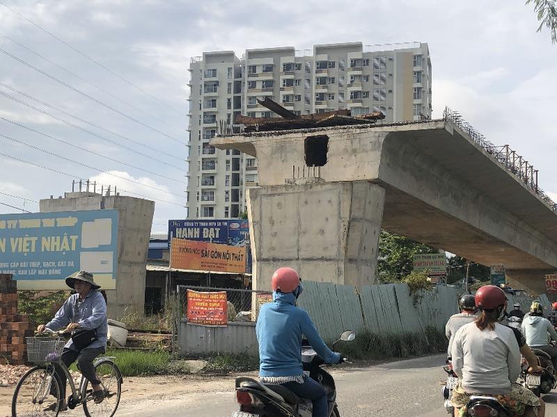 Cầu Nam Lý (quận 9, TP.HCM), là dự án hạ tầng giao thông sử dụng vốn đầu tư công đã ngưng thi công 2 năm vì vướng mặt bằng. Ảnh: ĐÀO TRANG
