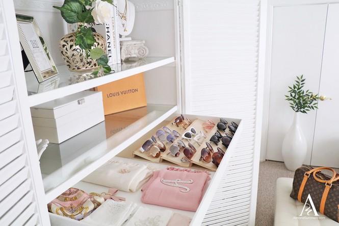 Lý tưởng nhất là nên mua một chiếc tủ đựng trang sức riêng: Vừa gọn gàng, dễ chọn lựa lại đẹp.