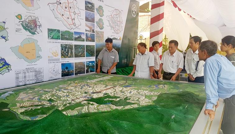 Người dân xem khu trưng bày Quy hoạch chung đô thị Hòa Lạc tại trụ sở UBND huyện Thạch Thất