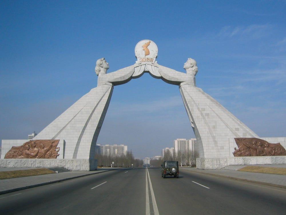 Cổng Thống Nhất được thiết kế một vòm điêu khắc nằm ở phía nam của Bình Nhưỡng, thủ đô của Triều Tiên. Nó được khai trương vào tháng 8 năm 2001 để kỷ niệm các đề xuất thống nhất của Hàn Quốc do Kim Il-sung đưa ra.   Hình ảnh hai người phụ nữ nắm giữ biểu tượng Triều Tiên và Hàn Quốc dính liền nhau tượng trưng cho tầm nhìn của nhà lãnh đạo tối cao Kim Il Sung đối với hai nước.