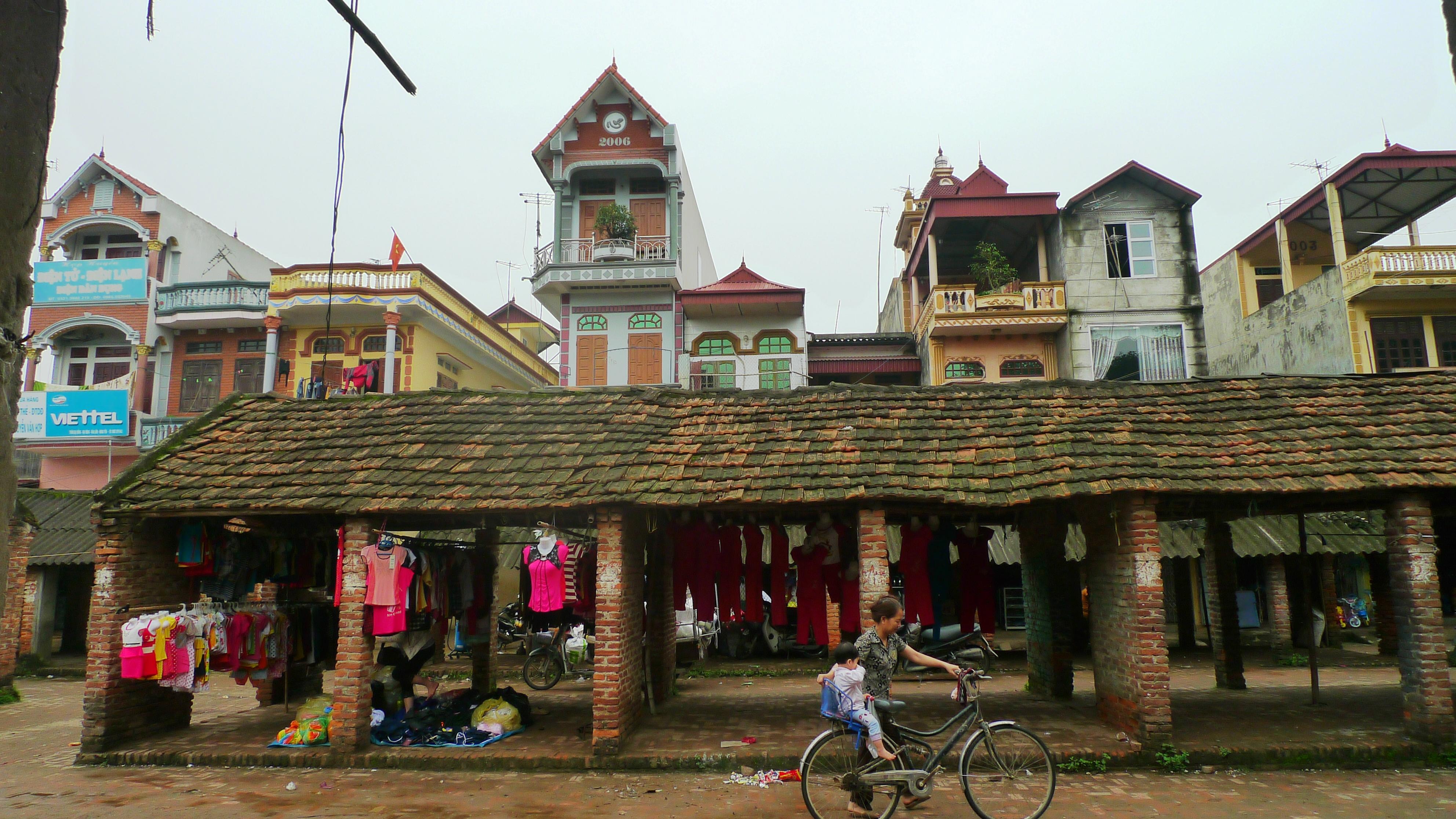 Hiện trạng nhà ở hiện đại giáp khu vực chợ cổ tại làng Nôm - Doãn Đức