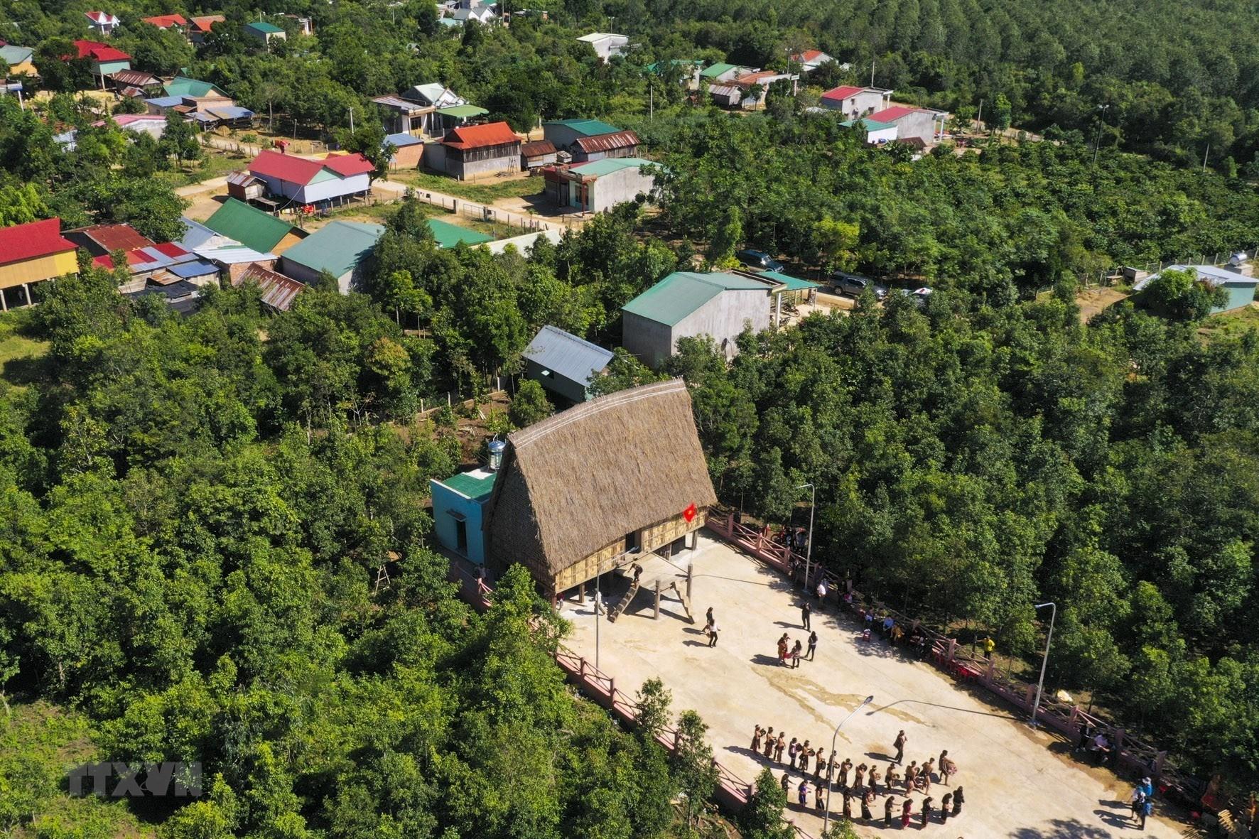 Nhà rông trong tổng thể làng Đê KJêng (xã Ayun, huyện Mang Yang, tỉnh Gia Lai)