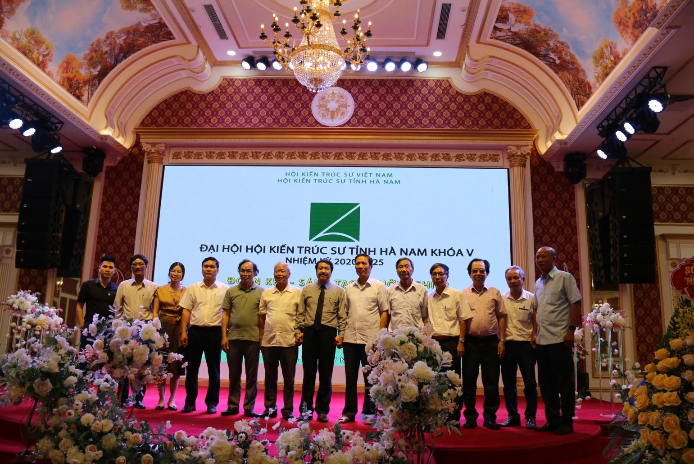 Lãnh đạo Hội KTS Việt Nam cùng các thành viên Hội KTS tỉnh Hà Nam tại Đại hội