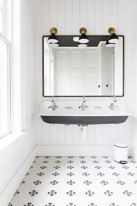 Với hai gam màu cơ bản trắng - đen, không gian phòng tắm được đơn giản hóa về nội thất nhưng vẫn có chiều sâu và cuốn hút ánh nhìn.