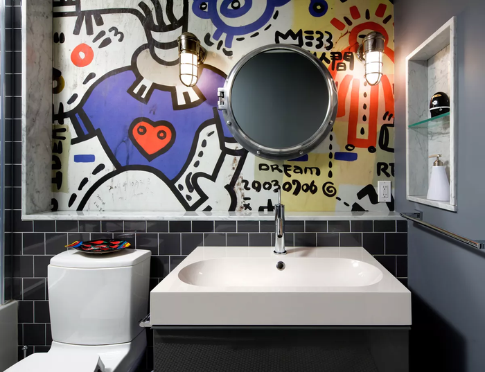 Sử dụng tranh vẽ tường Graffiti trong phòng tắm là một ý tưởng cực hay cho các nam tuổi teen. Chắc chắn con cái của bạn sẽ thích mê.