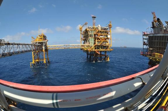 Hoạt động khai thác dầu khí tại mỏ Bạch Hổ. Ảnh: Cấn Dũng.