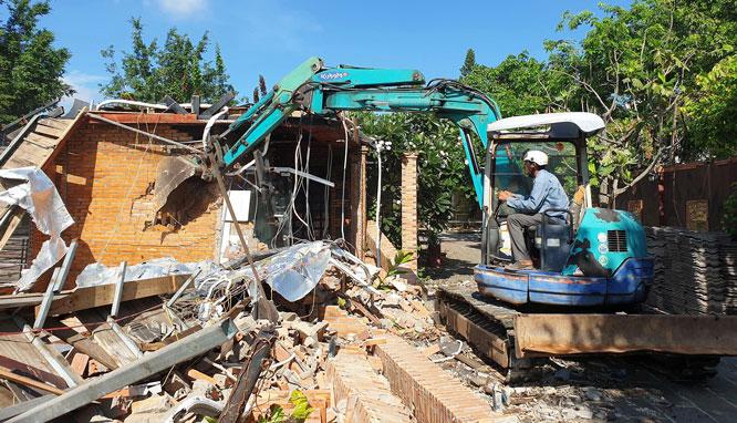Lực lượng chức năng cưỡng chế phá dỡ một công trình xây dựng trái phép trên địa bàn huyện Bình Chánh. Ảnh: Minh Kiệt