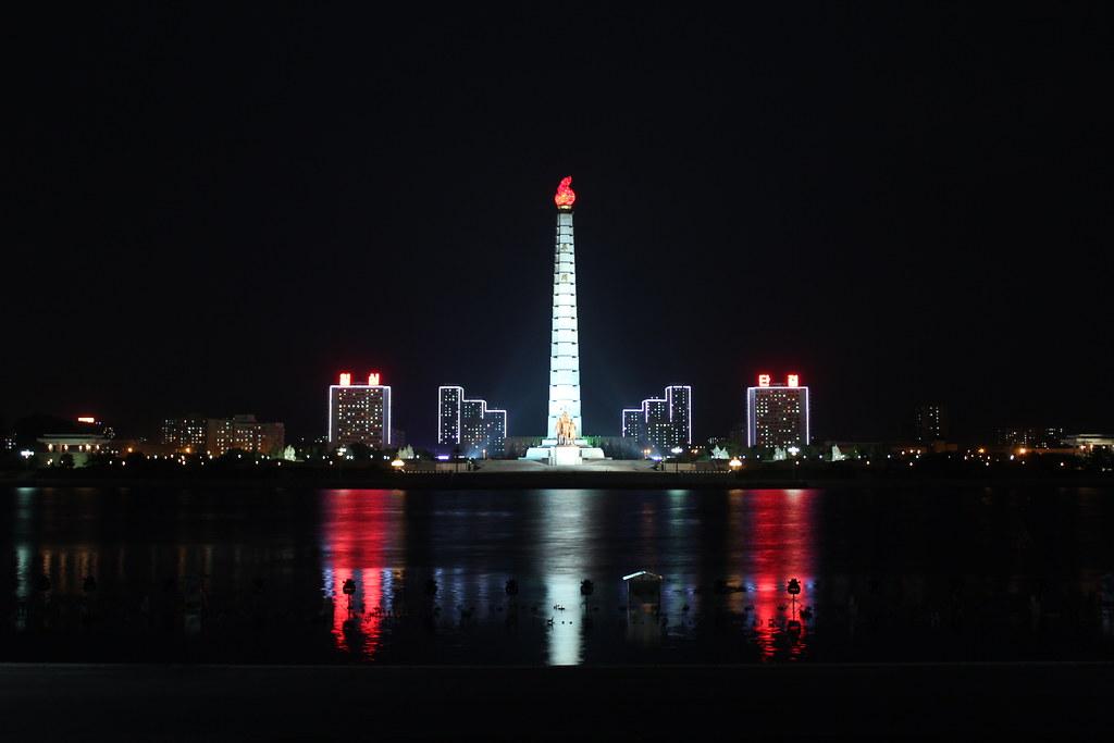 Ở phía bên kia của thành phố, Tháp Juche cao 558 feet hiện ra bên trên sông Taedong