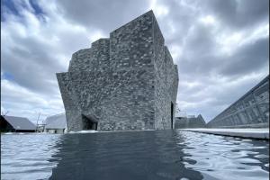 Khám phá bảo tàng văn hóa Kadokawa được bao phủ lớp đá granite khổng lồ