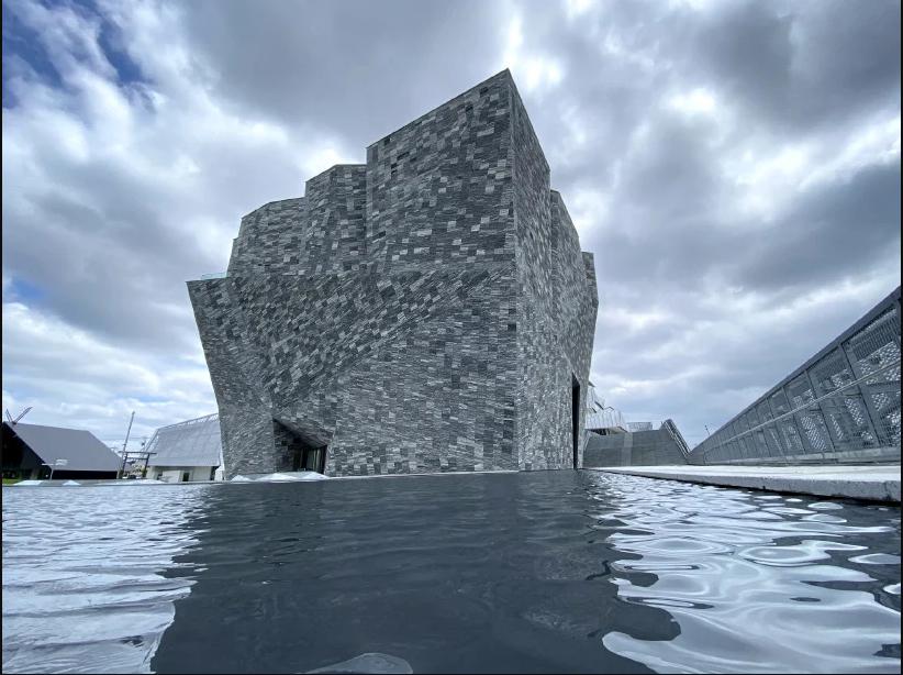 Toàn bộ bên ngoài tòa nhà được phủ đá Granite. Tòa nhà bảo tàng phong cách Monolithic (kiến trúc một khối) là tác phẩm được hoàn thiện mới nhất của vị kiến trúc sư Kengo Kuma - một trong những kiến trúc sư có tầm ảnh hưởng rất lớn tại Nhật Bản.