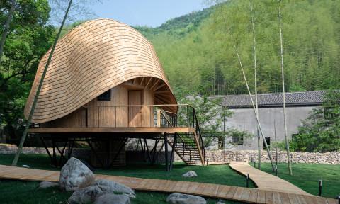 """Độc đáo ngôi nhà gỗ với phần mái """"vỏ ốc"""" uốn lượn"""