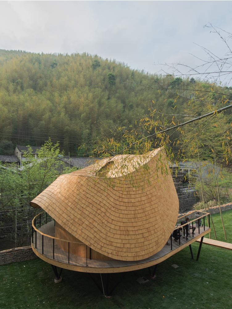 Mái nhà cùng các bức tường được nâng đỡ bởi 57 vì kèo khổng lồ với độ dày đa dạng, tùy chỉnh.