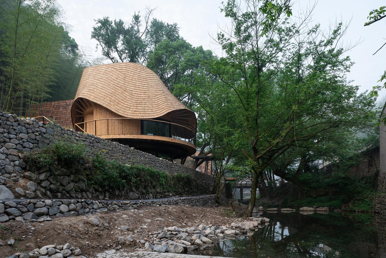 Trong quá trình thiết kế, xây dựng, kiến trúc sư liên hệ chặt chẽ với các thợ thủ công bản địa để đạt được sự cân bằng giữa hình thức kiến trúc và kỹ thuật xây dựng địa phương.