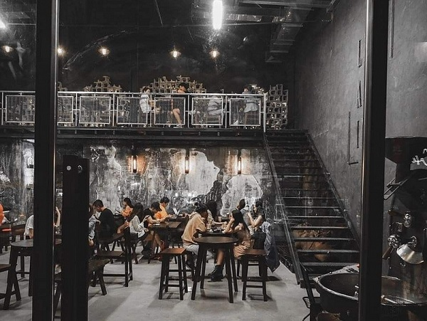 Những bức tường của quán café thêm phần phá cách và trẻ trung nhờ hiệu ứng sơn giả bê tông.