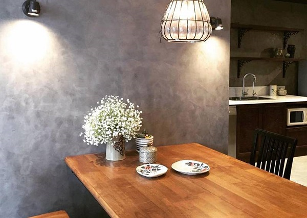 Bức tường xám tạo vẻ ấm cúng, gần gũi cho không gian phòng ăn.