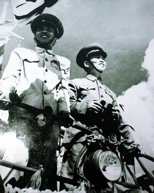 Đại tướng Võ Nguyên Giáp (bên phải) tại buổi lễ thành lập 2 thủy đội Sông Lô và Bạch Đằng, những đơn vị hải quân đầu tiên của Hải quân nhân dân Việt Nam (1954). Ảnh tư liệu.