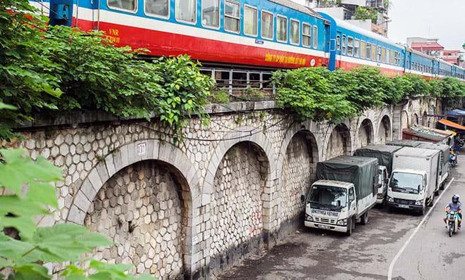 Hơn 100 năm trước, do đường sắt từ ga Long Biên dẫn vào nội đô, đường sắt cao hơn rất nhiều so với đường bộ nên người Pháp đã cho xây dựng cầu dẫn gồm 131 ô vòm. Ảnh: Dân Việt