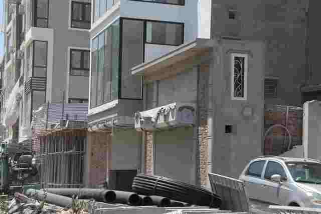 """Cách đó không xa, số 45 đường Vũ Trọng Phụng, diện tích còn lại sau GPMB chỉ 8,81m2. Tuy nhiên, ngôi nhà vẫn được cấp phép xây dựng ki-ốt cao 4,2m. Ngoài ra, còn có các căn số 5, 49, 63 cũng """"siêu mỏng, siêu méo"""" không kém."""